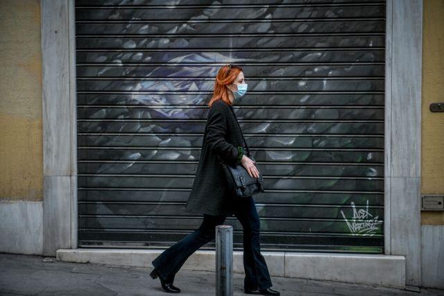 Κοπέλα με κόκκινα μαλλιά με μάσκα