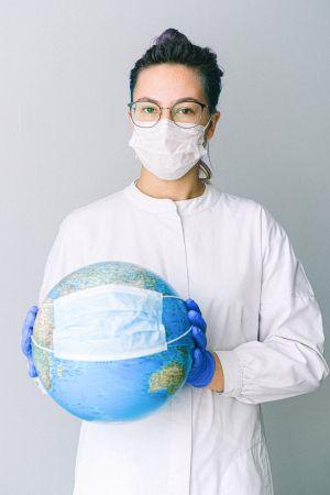 Κοπέλα με μάσκα πλανήτης με μάσκα