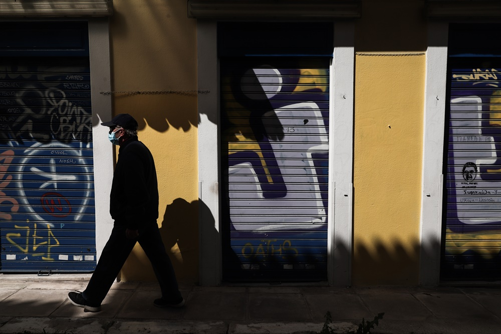 Άνδρας περπατάει στην Αθήνα