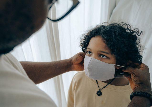 Παιδί με μάσκα
