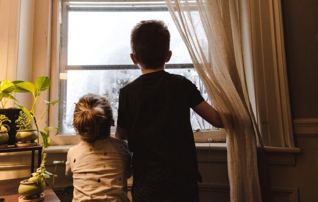 Παιδιά κοιτούν το παράθυρο