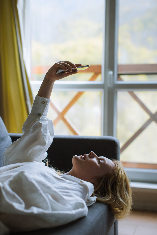 Κορίτσι βγάζει σέλφι στο κρεβάτι