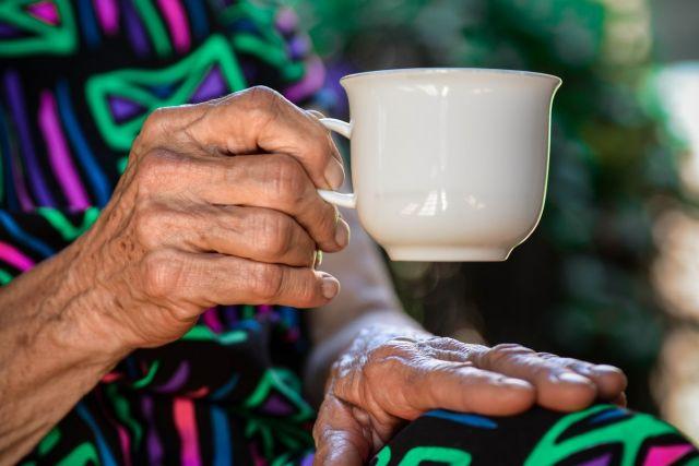 Χέρια ηλικιωμένης κούπα