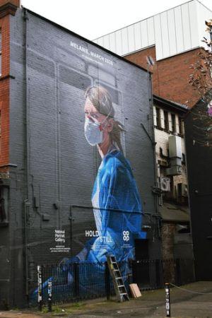 Κοπέλα μάσκα γκράφιτι