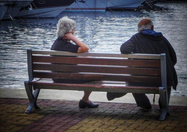 Ηλικιωμένοι κάθονται