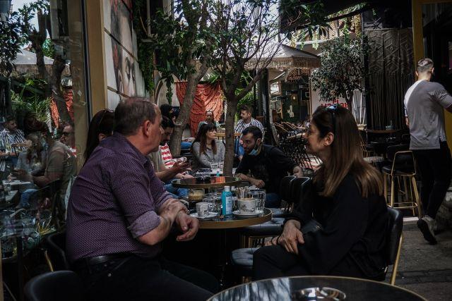 Κόσμος σε καφετέρια